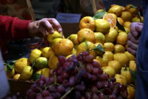 Πειραιάς: Δέσμευσαν τόνους φρούτων