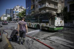 Κάτω Πατήσια: Εικόνες σοκ! Λεωφορείο τυλίχθηκε στις φλόγες [pics]