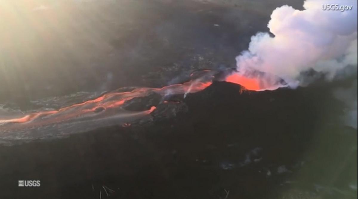 Εναέρια πλάνα που κόβουν την ανάσα από το ποτάμι λάβας στη Χαβάη