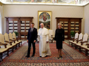 Μακρόν – Πάπας στο Βατικανό για το προσφυγικό – Εντυπωσιακό το μαύρο φόρεμα της Μπριζίτ [pics]