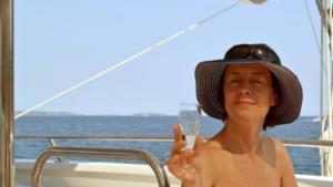 Αυτή είναι η γυναίκα που πέρασε 20 ώρες στη θάλασσα πάνω σε φουσκωτό στρώμα – Εικόνες από τη δραματική διάσωσή της