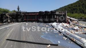 Προβλήματα στην εθνική Αθηνών – Λαμίας μετά την εκτροπή νταλίκας