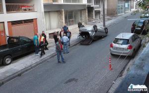 Κοζάνη: Χτύπησε σε παρκαρισμένο αυτοκίνητο και τούμπαρε! [pics]