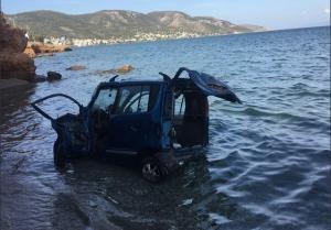Σαλαμίνα: Έπεσε με το αυτοκίνητο στη θάλασσα – Σοβαρά η οδηγός [pics]