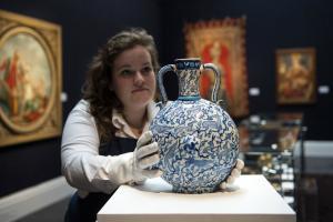 Sotheby's: Τιμή ρεκόρ για πορσελάνινο βάζο του 18ου αιώνα