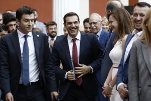 """Αντιπολίτευση για Τσίπρα: """"Αποθέωση του λαϊκισμού στο Ζάππειο – Θηλιά στο λαό η γραβάτα""""!"""