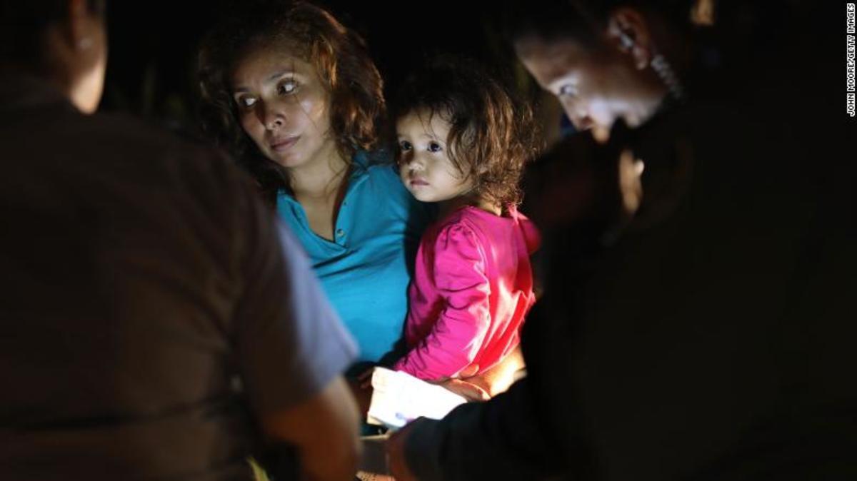 Σπαρακτικό βίντεο – Κλαίνε παιδιά που τα χωρίζουν από τους γονείς στα σύνορα ΗΠΑ – Μεξικού [vid]