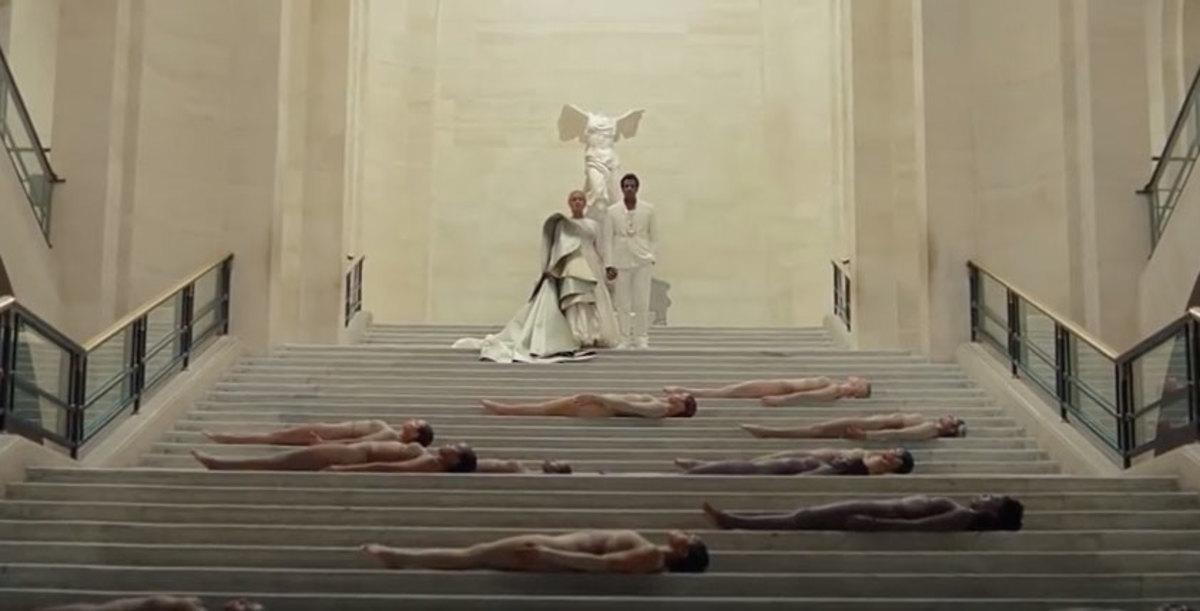 Beyonce και Jay Z μέσα στο Λούβρο μπροστά από τη Νίκη της Σαμοθράκης και την Αφροδίτη της Μήλου