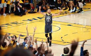 """Κάρι με """"πολυβόλο"""" στο 2ο τελικό! Έκανε νέο ρεκόρ τριπόντων στο NBA [vids]"""