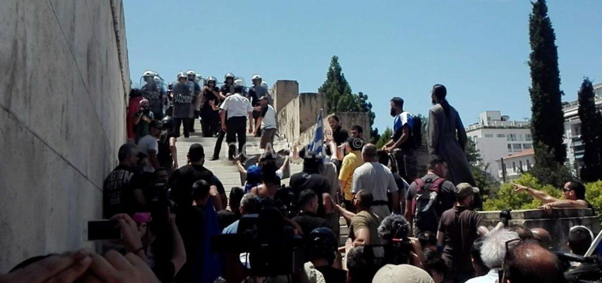 Επεισόδια στη Βουλή – Κρανοφόροι πέταξαν μπουκάλια στους αστυνομικούς