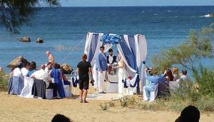 Χανιά: Ο γάμος στην παραλία που έγινε θέμα συζήτησης – Γαμπρός και νύφη σε πελάγη ευτυχίας [pics, vid]