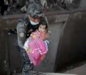 Γουατεμάλα: Έβγαλαν ζωντανό βρέφος από τα συντρίμμια – 73 οι νεκροί, εξερράγη ξανά το ηφαίστειο Φουέγο