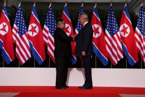Τραμπ – Κιμ Γιονγκ Ουν: Όταν η Ιστορία γράφεται… καρέ – καρέ! [pics, vid]