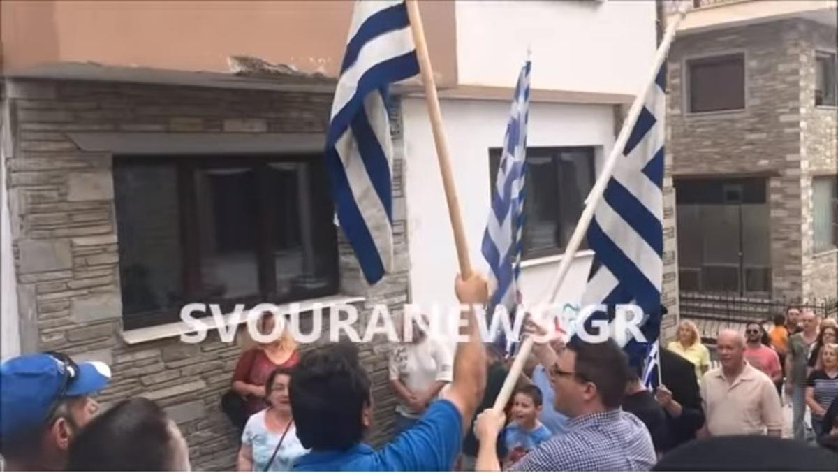Καστοριά: «Μακεδονία ξακουστή» και συνθήματα έξω από γραφείο βουλευτή του ΣΥΡΙΖΑ [vid]