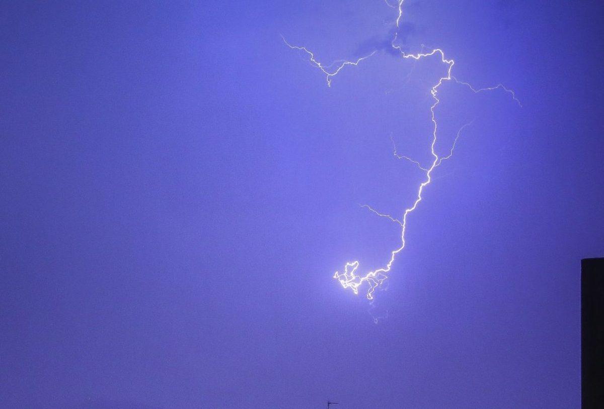 """Κεραυνός χτύπησε 15χρονο στη Λάρισα – """"Πνίγηκε"""" η πόλη από την ξαφνική κακοκαιρία [vid]"""