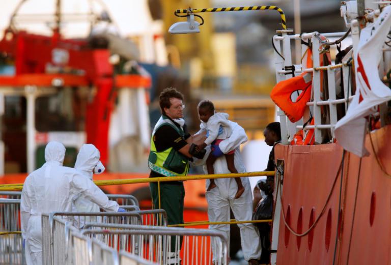 Lifeline: Έφτασαν επιτέλους στην Μάλτα οι πρόσφυγες μετά από μία εβδομάδα αναμονής στην θάλασσα