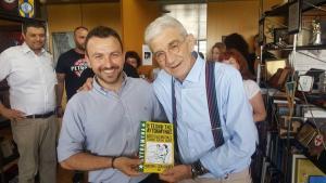 Βιβλίο για… αυτοάμυνα δώρο στον Γιάννη Μπουτάρη για τα 76α γενέθλιά του! [pics]