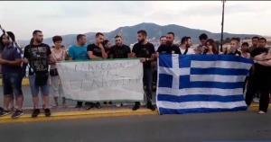 Λέσβος: Διαμαρτυρία για τη Μακεδονία με συνθήματα και πανό – Οι εικόνες στο παλιό λιμεναρχείο [pic, vid]