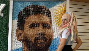 """Φλογερή Αργεντίνα εύχεται """"καλή τύχη"""" στον Μέσι με… τα οπίσθιά της και πορτρέτο από 6.000 τσιμπιδάκια!"""
