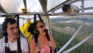 Γάτα στον αέρα! Κοιμόταν στο φτερό και ο πιλότος ούτε που την είχε πάρει χαμπάρι!
