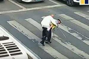 Πράξη ανθρωπιάς! Τροχονόμος πήρε στις πλάτες του ηλικιωμένο για να περάσει το δρόμο