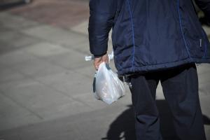 Πλαστικές σακούλες: Πώς αντέδρασαν οι καταναλωτές στα 0.04 ευρώ
