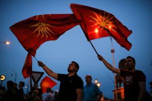 ΠΓΔΜ: Ο Ιβάνοφ δεν έχει επιλογή για τη συμφωνία – Συγκέντρωση έξω από το σπίτι του
