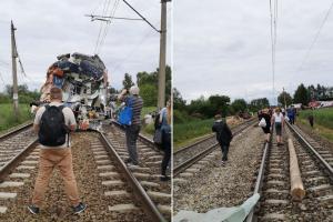 Σύγκρουση τρένου με φορτηγό στην Πολωνία – Ένας νεκρός και δεκάδες τραυματίες [pics,vid]