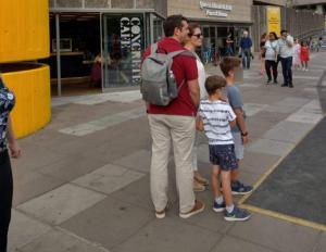 Τσίπρας: Με την Μπέτυ Μπαζιάνα και τα παιδιά στο Λονδίνο! [pic]
