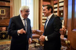 Τσίπρας σε Παυλόπουλο: Συμφωνία που περιλαμβάνει και συνταγματική αναθεώρηση και erga omnes