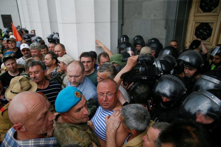 Ουκρανία: Επεισόδια και τραυματίες έξω από τη Βουλή [pics]