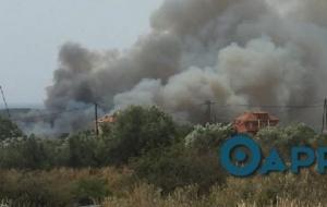 Μεγάλη φωτιά στην Πύλο κοντά σε κατοικημένη περιοχή