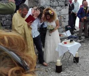 Μεσσηνία: Ο γαμπρός και η νύφη στα σύννεφα – Ο ανατρεπτικός γάμος στον Ταϋγετο – Με μπουφάν οι καλεσμένοι [pics]