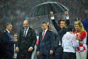 Μουντιάλ 2018: Ομπρέλα μόνο στον Πούτιν! Έγιναν «παπιά» Μακρόν – Κιτάροβιτς [pics]