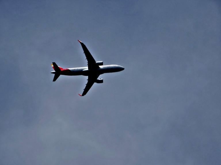 Σκιάθος: Περιπέτεια στον αέρα – Η απόφαση του πιλότου και τα λόγια της αεροσυνοδού στους φοβισμένους επιβάτες!