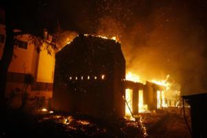Κορινθία: Βίντεο που κόβει την ανάσα – Η φωτιά μέσα από πυροσβεστικό όχημα – Αυτά βλέπουν και ζουν οι πυροσβέστες!