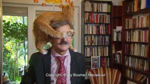 Επική αντίδραση! Έδινε live συνέντευξη και σκαρφάλωσε η γάτα στο κεφάλι του – video