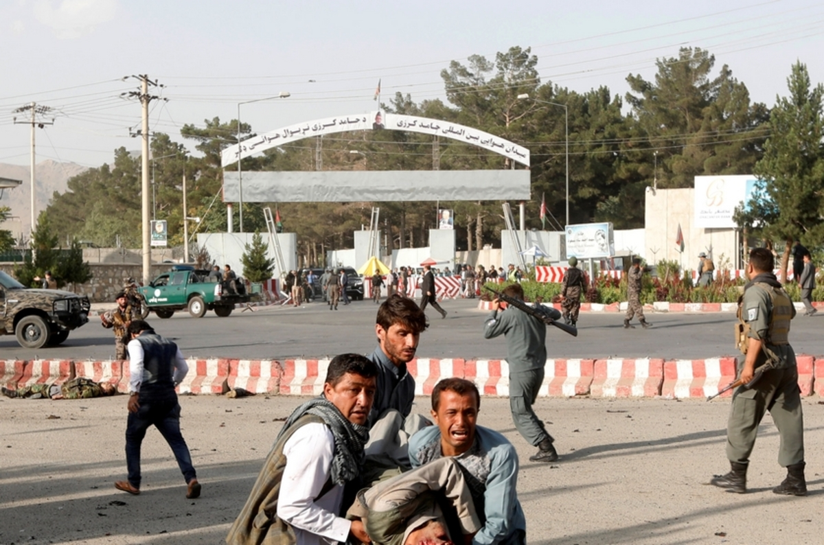 Φονική επίθεση καμικάζι με 23 νεκρούς στο αεροδρόμιο της Καμπούλ