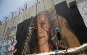 Ελεύθεροι οι Ιταλοί – Ζωγράφισαν γιγαντιαίο πορτρέτο της Άχεντ Ταμίμι στο Τείχος στη Βηθλεέμ
