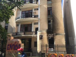 Φωτιά στο κέντρο της Αθήνας – Απεγκλώβισαν 5 άτομα οι πυροσβέστες