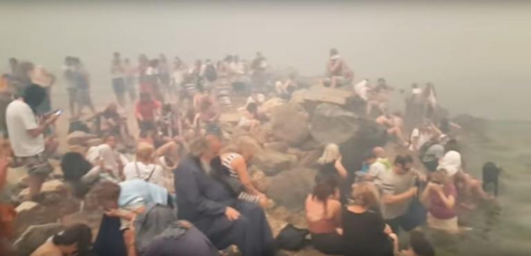 Μάτι – συγκλονιστικό βίντεο: Δεκάδες άνθρωποι πάνω στα βράχια της απόκρημνης παραλίας περιμένουν βοήθεια – video