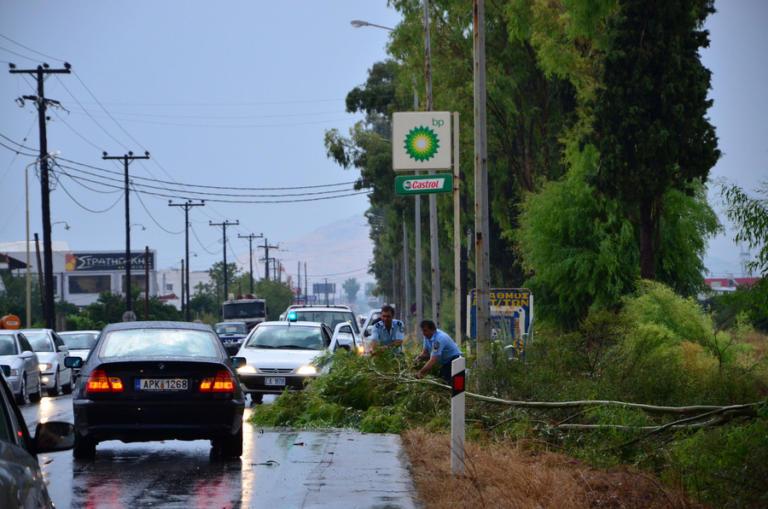 Βόλος: Ξαφνικό δυνατό μπουρίνι προκάλεσε ζημιές – Εγκλωβίστηκαν εκατοντάδες οδηγοί!
