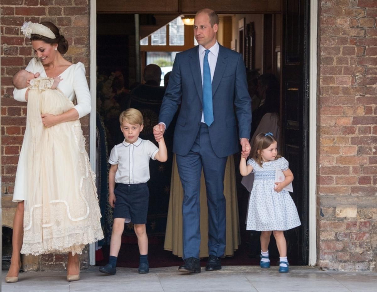 Τα επίσημα πορτρέτα από τη βάφτιση του πρίγκιπα Λούις – Τσαχπινιές από Τζορτζ και Σάρλοτ