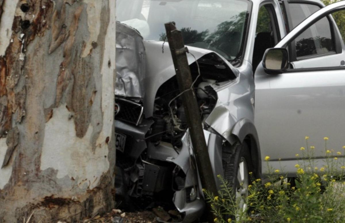 """Ιεράπετρα: Αυτοκίνητο με τρεις γυναίκες """"καρφώθηκε"""" σε δέντρο – Έχασε τον έλεγχο η οδηγός του!"""