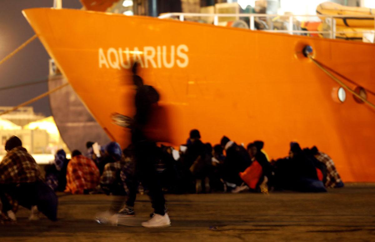 Ιταλία: Ιρλανδικό πλοίο αποβίβασε 106 μετανάστες στη Μεσίνα – video