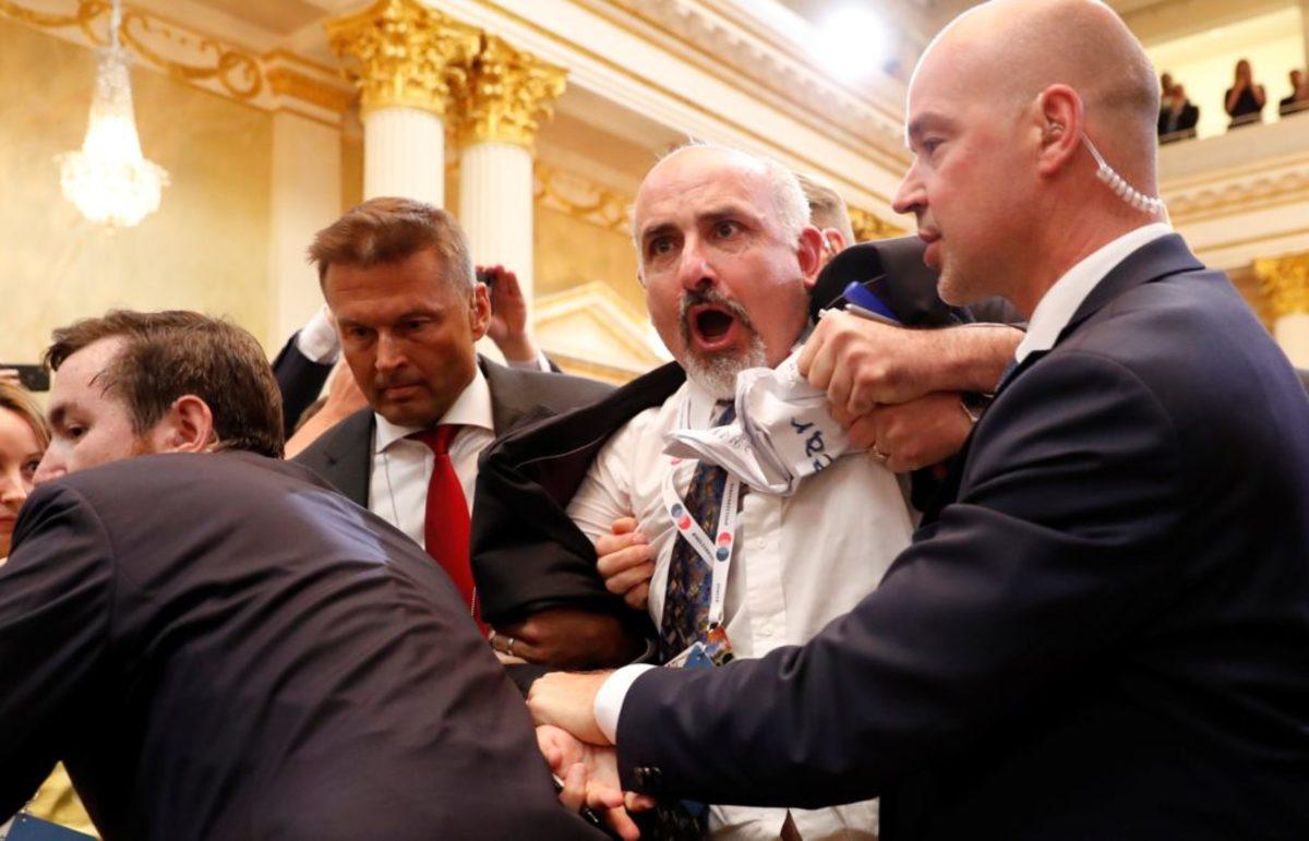 """Τραμπ – Πούτιν: Διαδηλωτής """"τρύπωσε"""" στη συνέντευξη Τύπου! Τον έβγαλαν σηκωτό – video"""