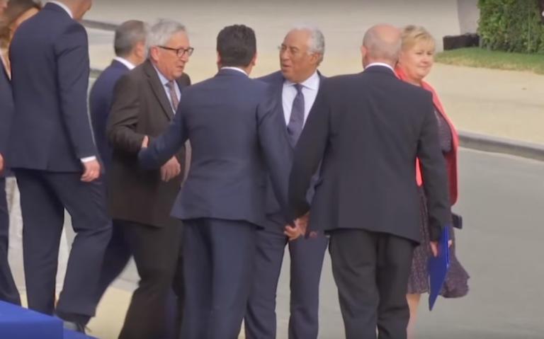 """""""Ντίρλα"""" ο Γιούνκερ στην σύνοδο του ΝΑΤΟ – Τον κρατάνε οι ηγέτες της Ε.Ε για… να περπατήσει – video"""