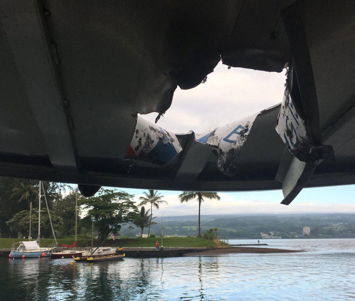 Απόλυτος πανικός! Η στιγμή που βόμβα λάβας χτυπάει τουριστικό σκάφος στην Χαβάη!