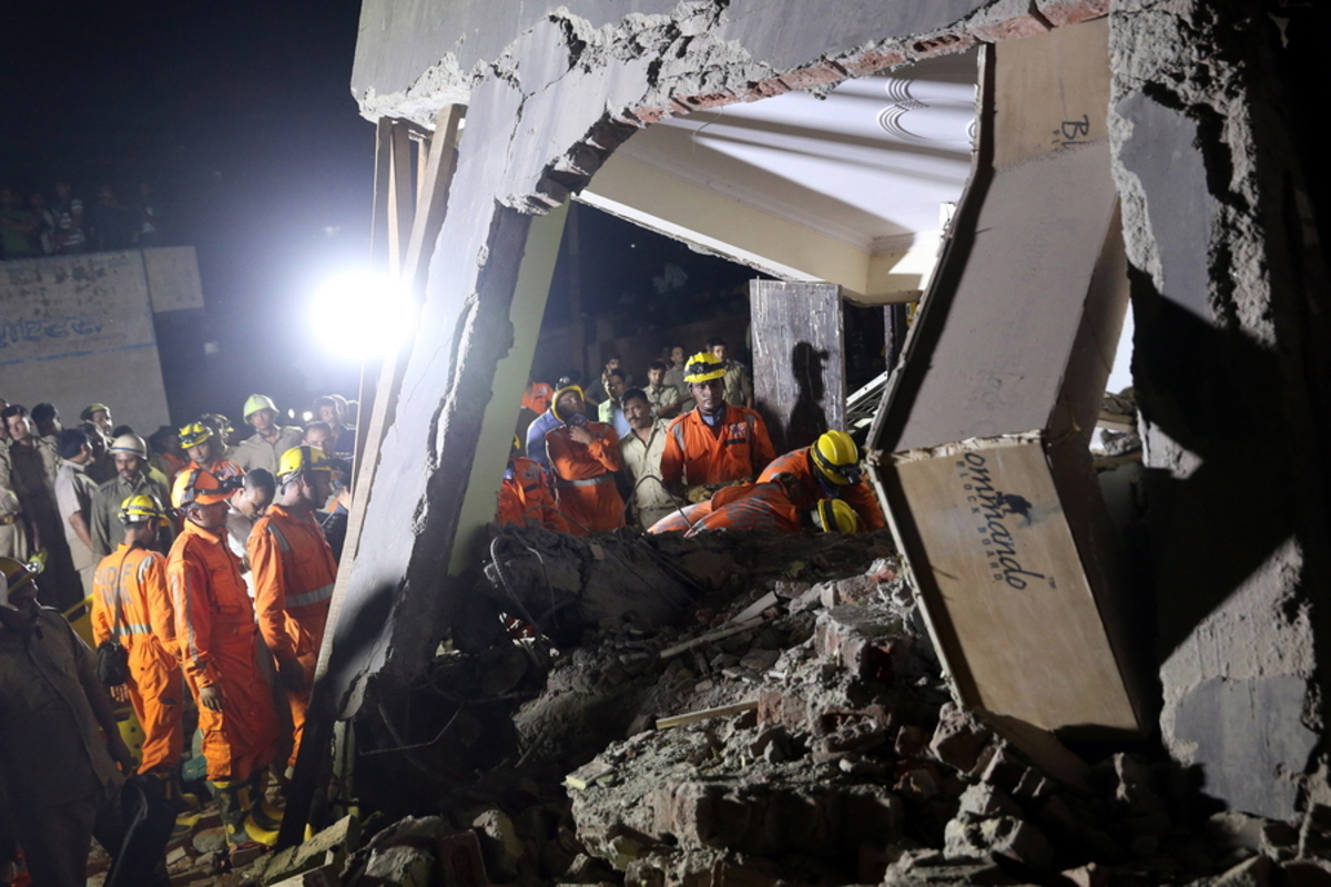 Εικόνες σοκ από την κατάρρευση κτιρίου στην Ινδία, δυο νεκροί – Φόβοι για δεκάδες παγιδευμένους [pics, vids]