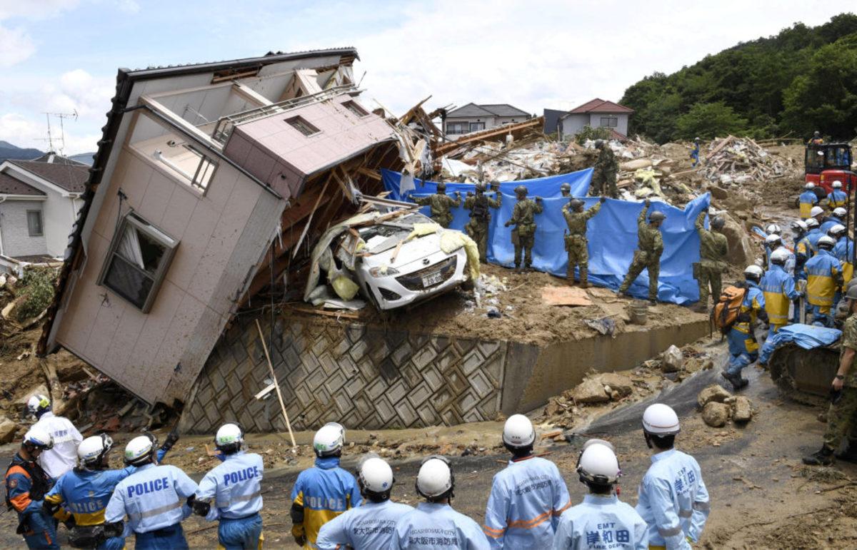 Θρήνος στην Ιαπωνία για τους 156 νεκρούς από την κακοκαιρία – Αγωνιώδεις έρευνες για τους 10 αγνοούμενους